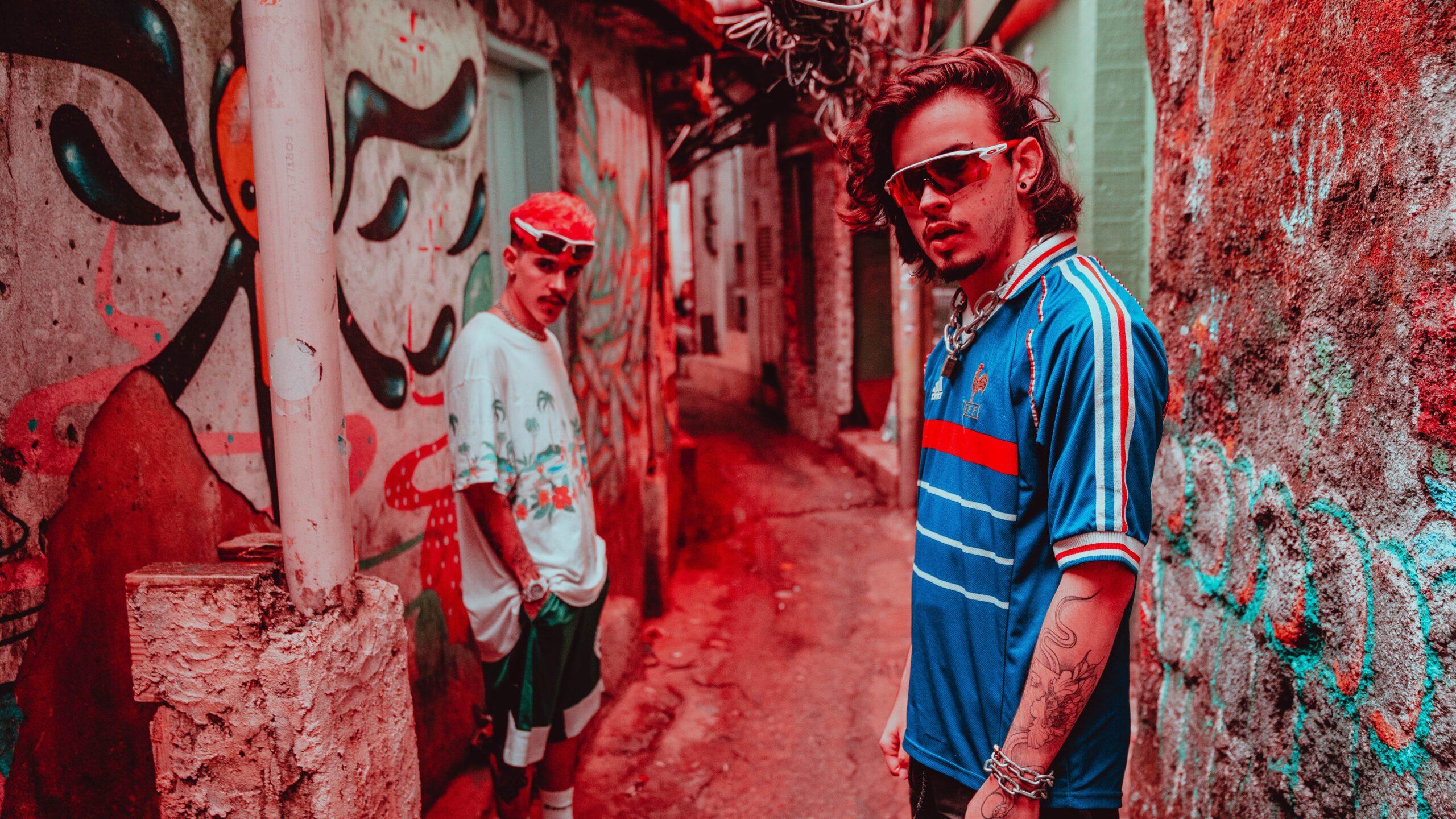Almanac se diverte em cenas inéditas na Rocinha com novo clipe  scaled