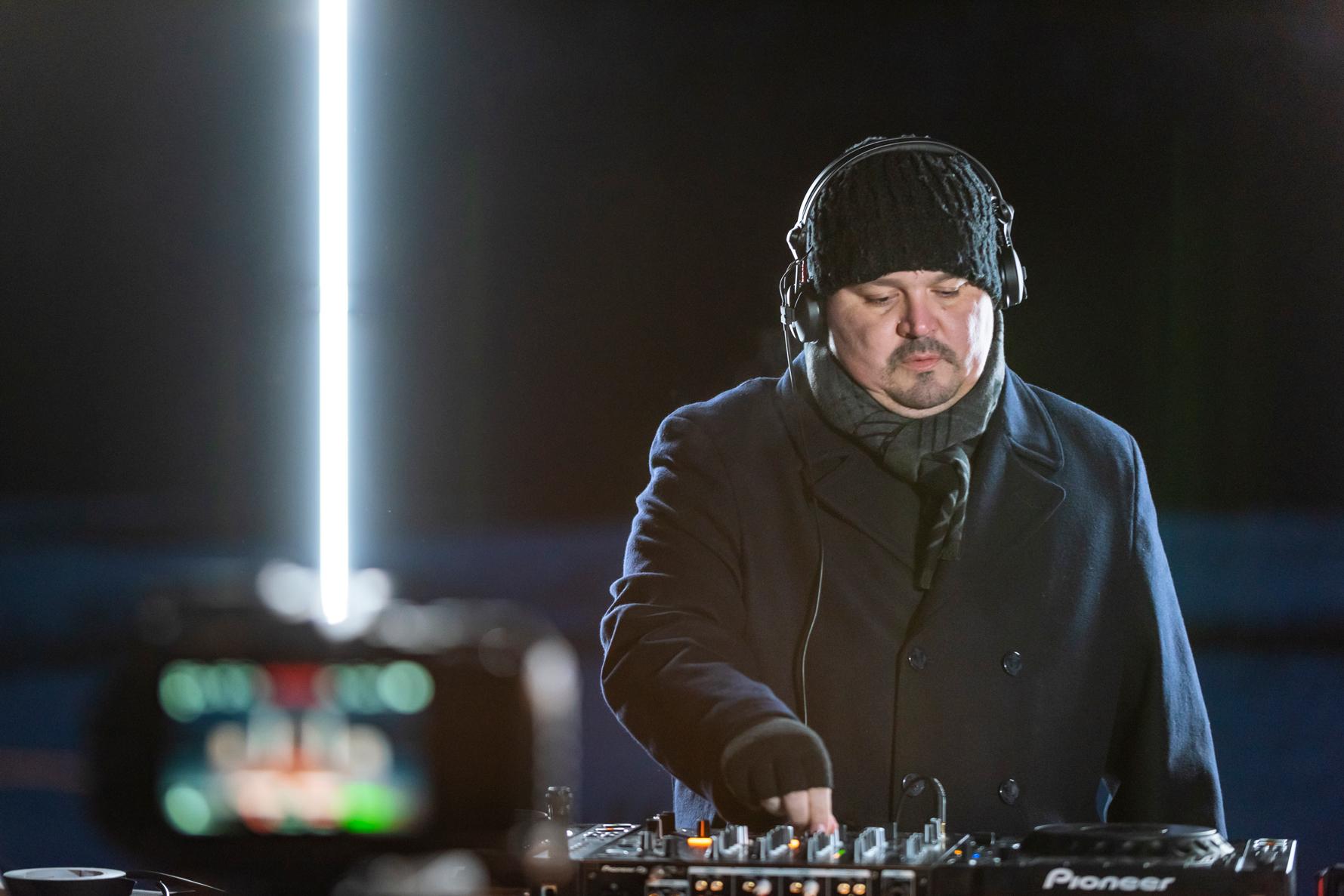 DJ e produtor de Techno o capixaba Tchaka apresenta set na neve e fala sobre novidades