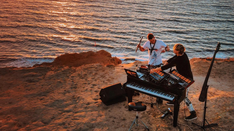 12 apresentações que misturam instrumentos musicais em live set de DJs